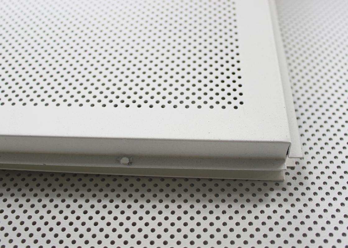 Renda incombustibile le mattonelle acustiche cadute del soffitto poste dentro per la costruzione ...