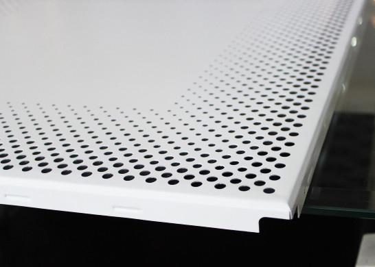 천장판에 있는 알루미늄 클립은 0 7mm 둥근 구멍 기공 Iso9001를 타일을 붙입니다